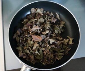 どくだみの葉をフライパンで煎る