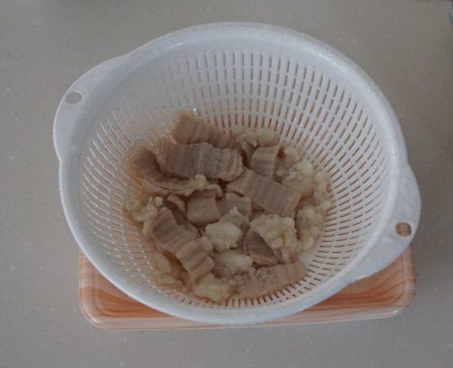 豚モツの湯切り